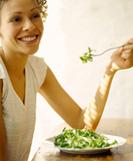Frau genussvoll essen