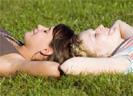 Zwei Frauen im Gras
